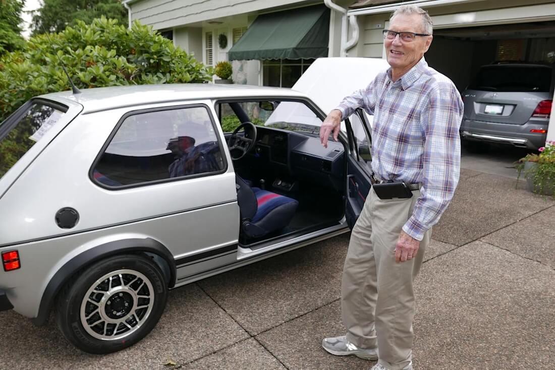Derek Spratt rakentamansa Golf GTI:n vieressä.