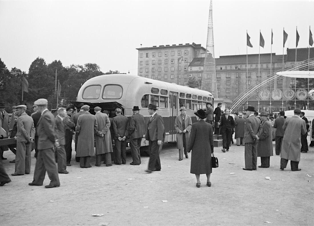 ZIS-154 linja-auto Mäntymäen kentällä Helsingissä
