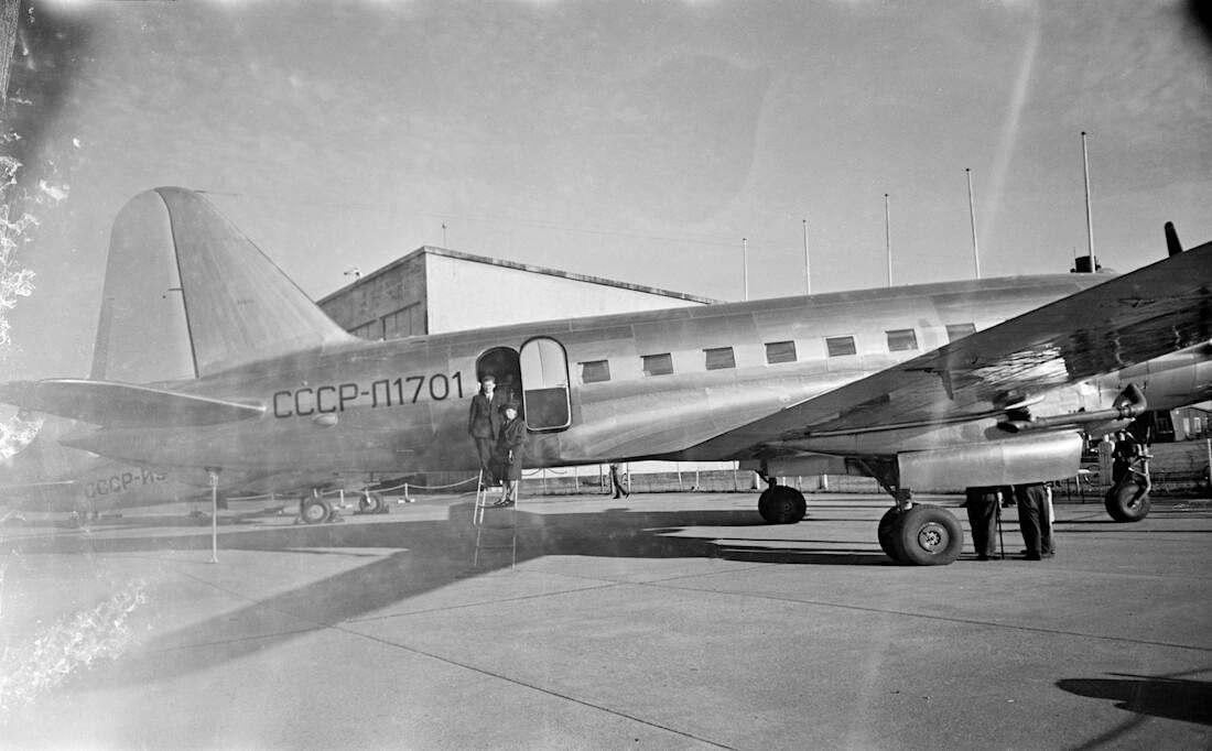 Iljushin Il-12 lentokone Malmin lentokentällä