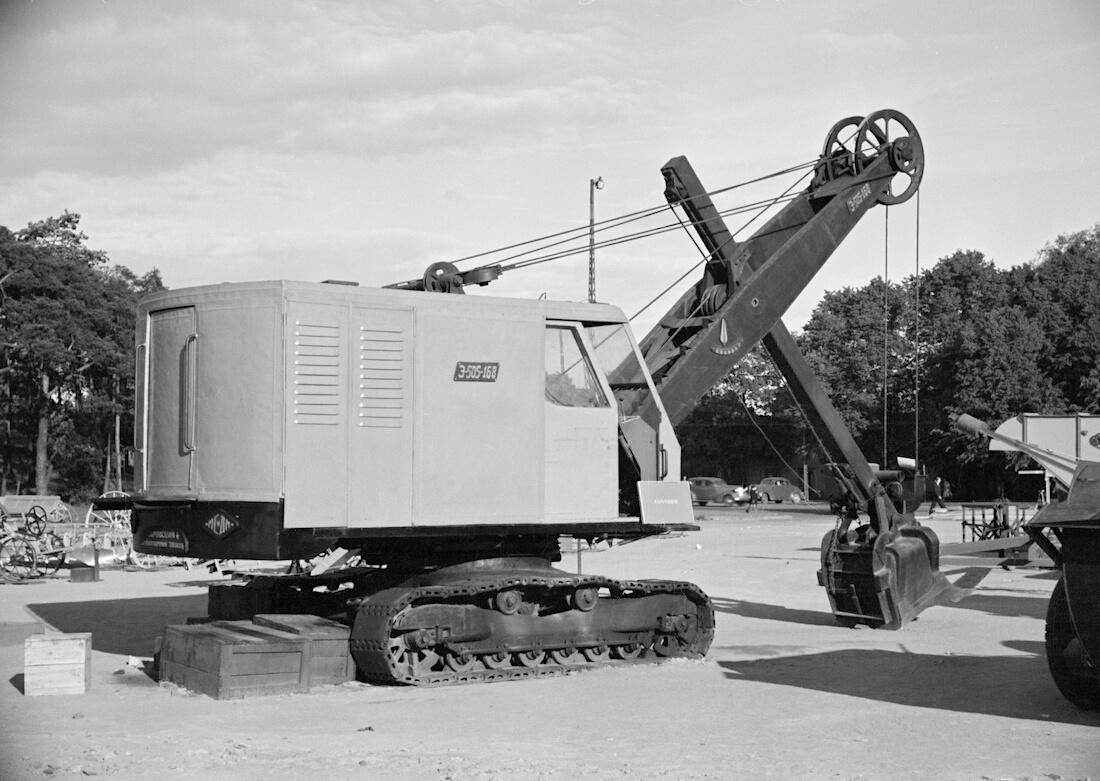 Neuvostoliittolainen kaivinkone Mäntymäen kentällä