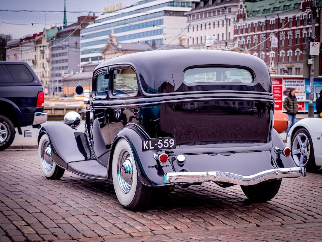 1934 Ford Tudor V-8 takaa