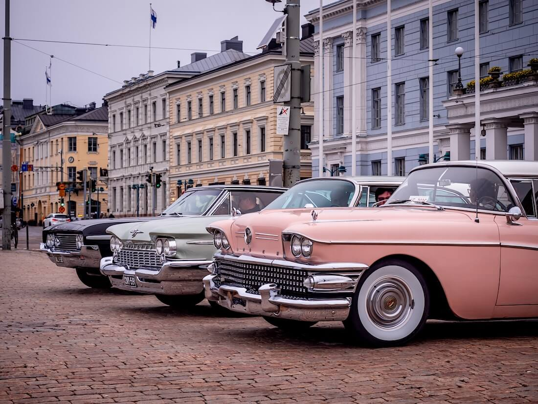 Jenkkiautoja Helsingin Kauppatorilla Vappuna 2020