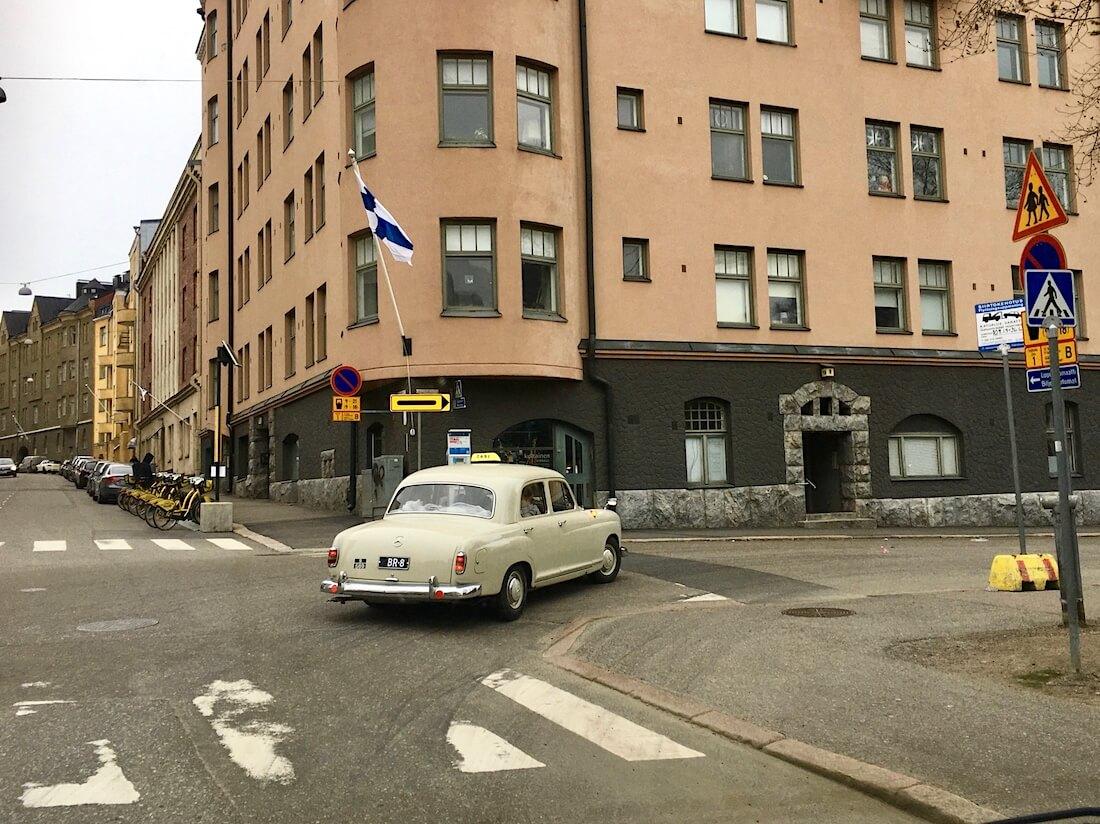 1962 Mercedes-Benz 180 taksiauto Helsingin kadulla
