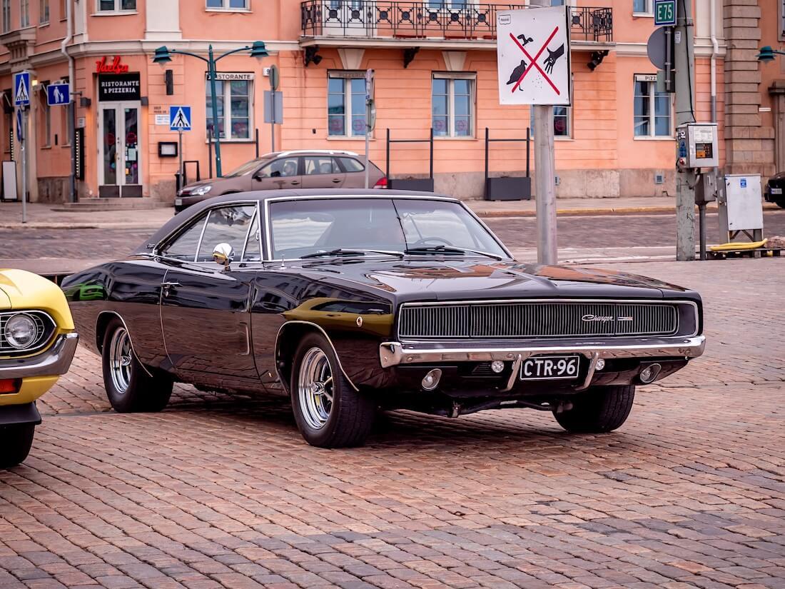 Musta 1968 Dodge Charger edestä
