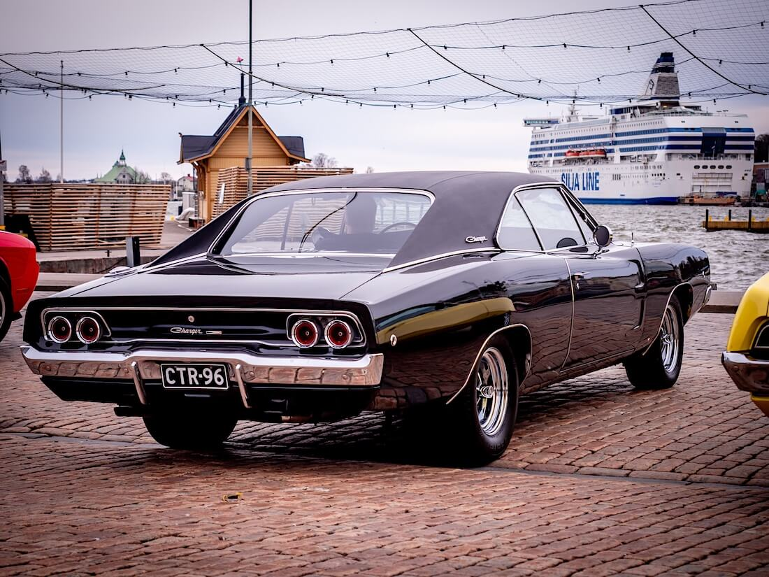 Musta 1968 Dodge Charger takaa
