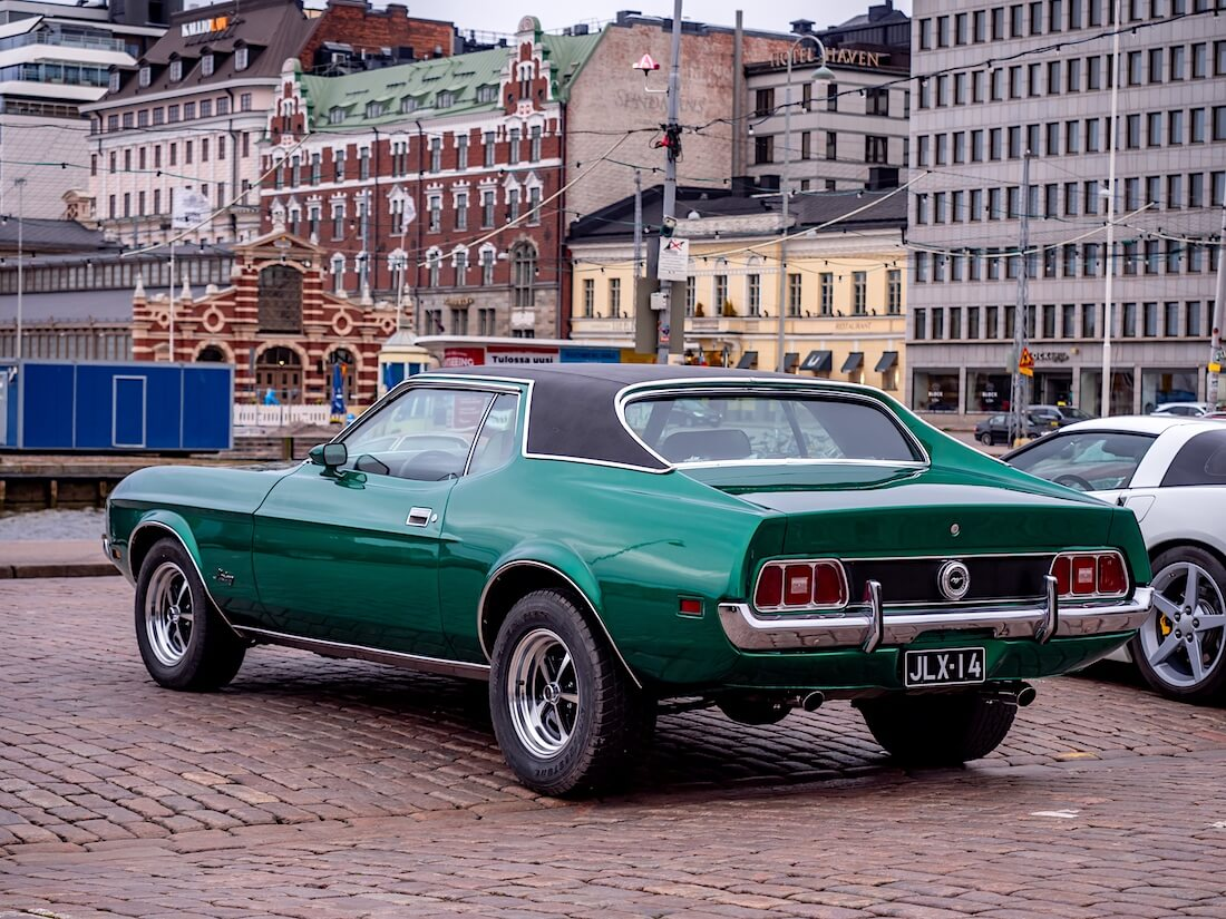 Vihreä 1971 Ford Mustang 351cid takaa