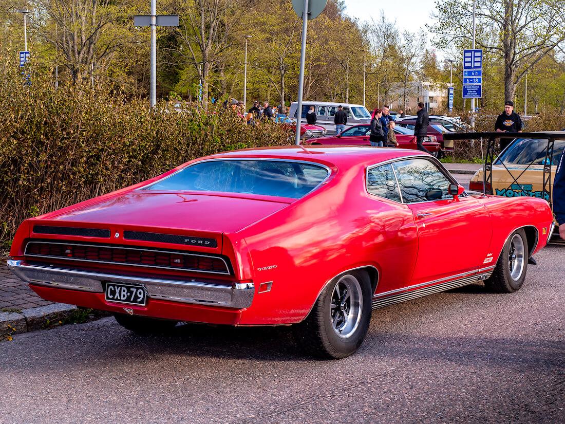 Punainen 1971 Ford Torino GT takaa