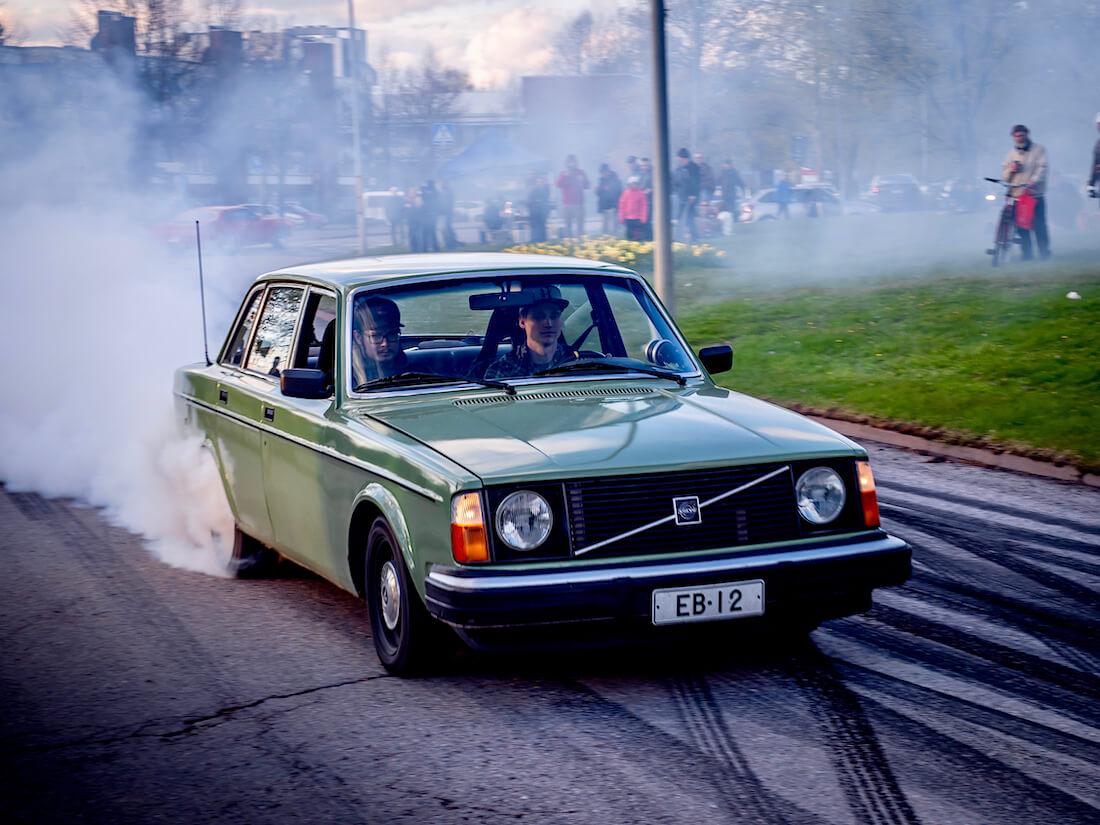 1975 Volvo 244 5,7-litraisella V8 moottorilla tekee burnoutin