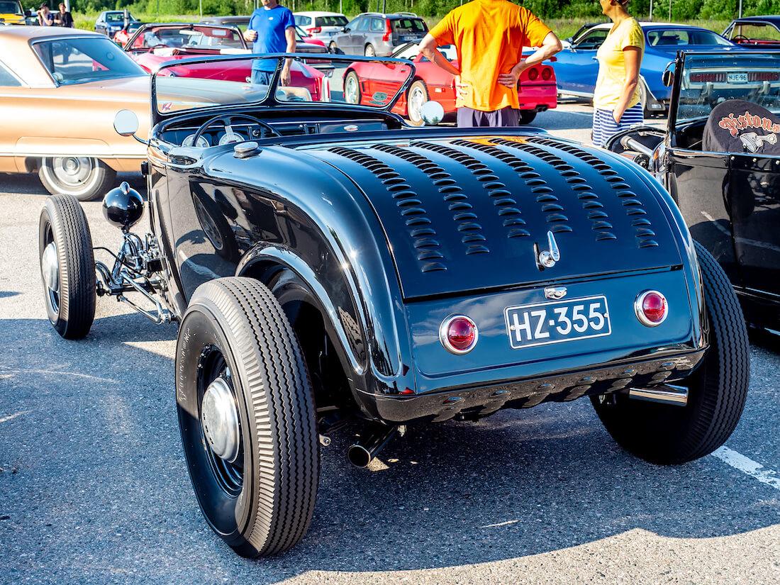 Kiiltävän musta 1932 Ford Model B roadster rodi
