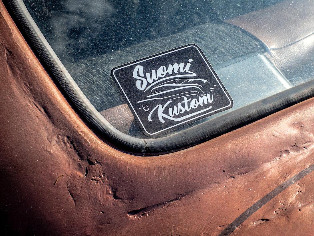 Suomi-Custom tarra Chevroletin ikkunalla