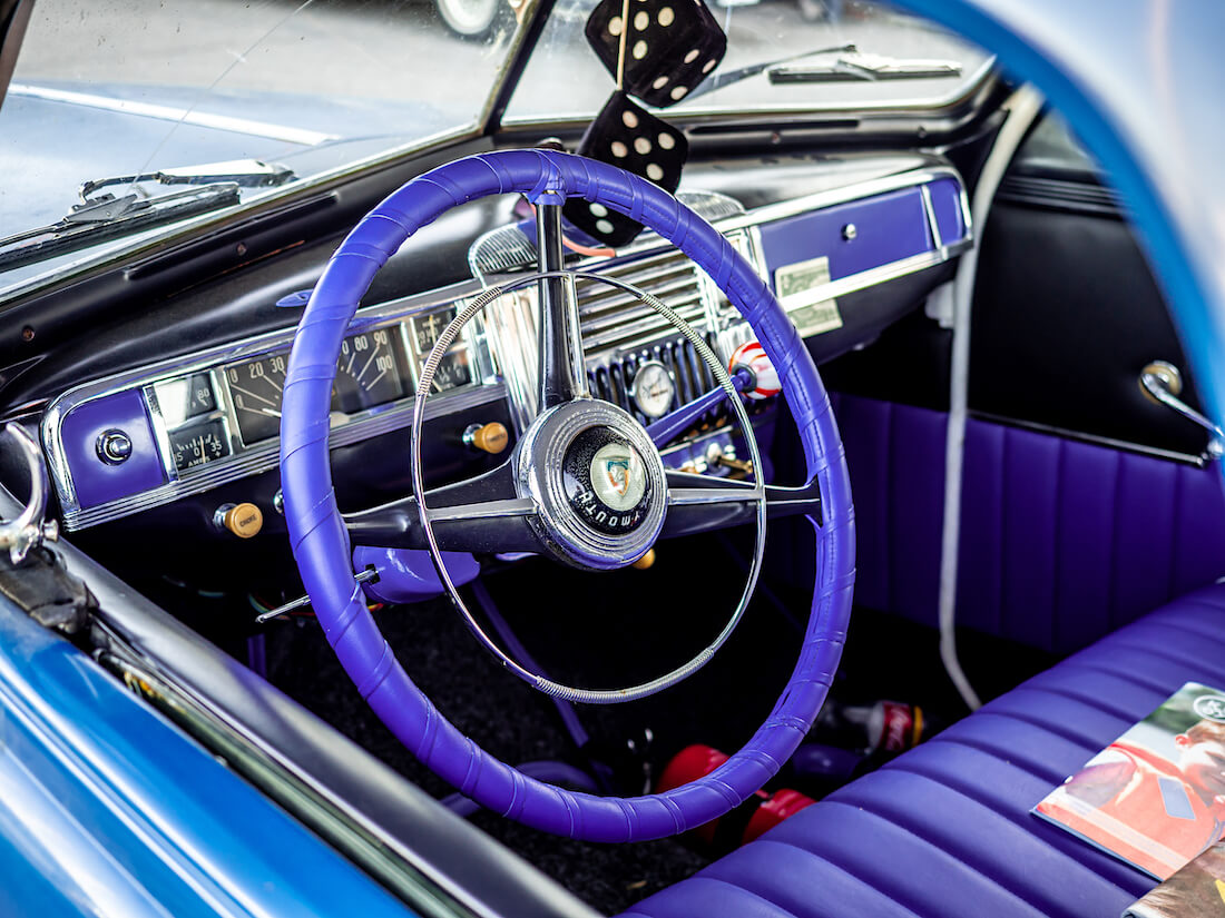 1948 Plymouth Business Coupen violetti sisusta