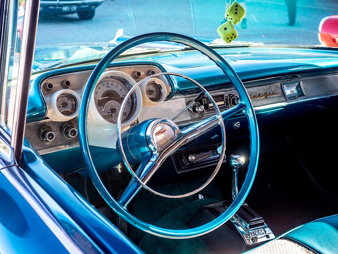 1957 Chevrolet Bel Air kojelauta ja sisusta