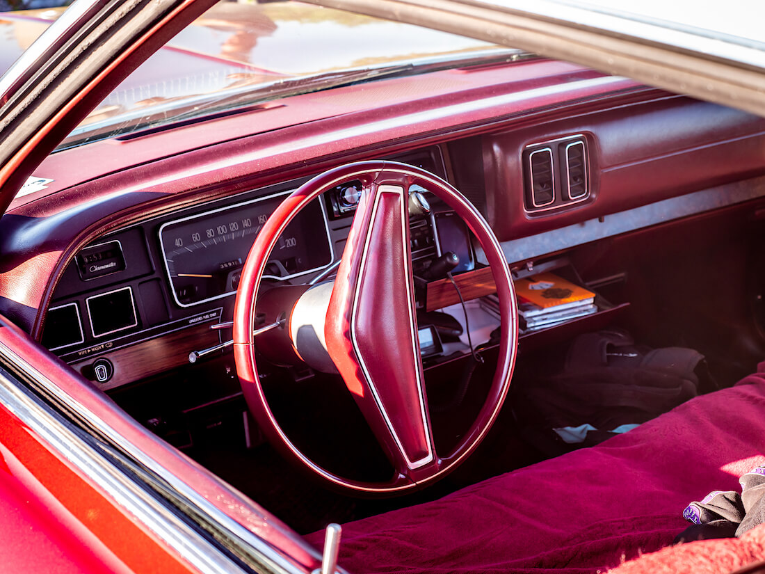 1976 Dodge Royal Monaco 440cid jenkkiauton viininpunainen sisusta