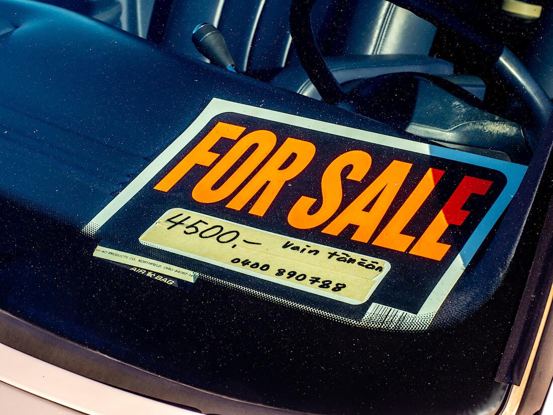 Myynti-ilmoitus jenkkiauton tuulilasilla cruising-tapahtumassa
