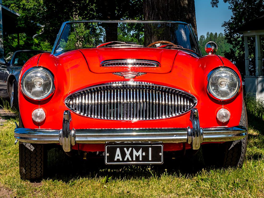 Punainen 1964 Austin-Healey 3000 MkIII avoauto edestä