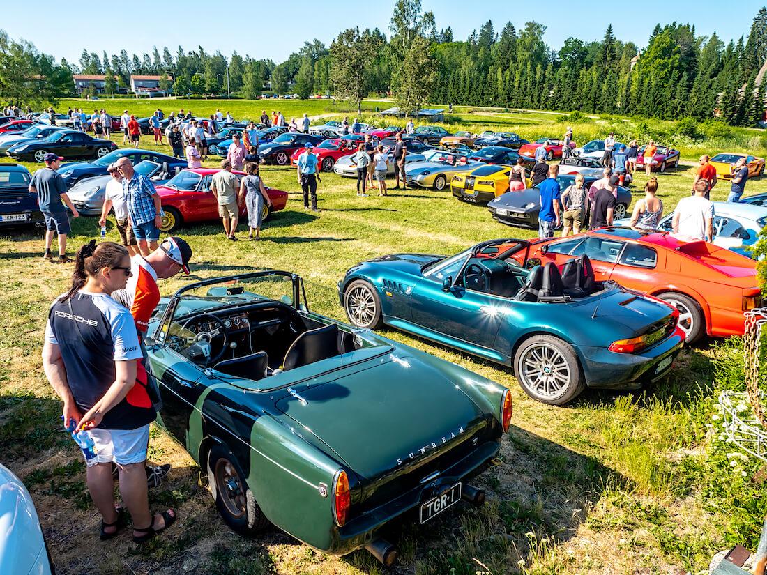 Urheiluautoja Gustavelundin pihalla Tuusulassa
