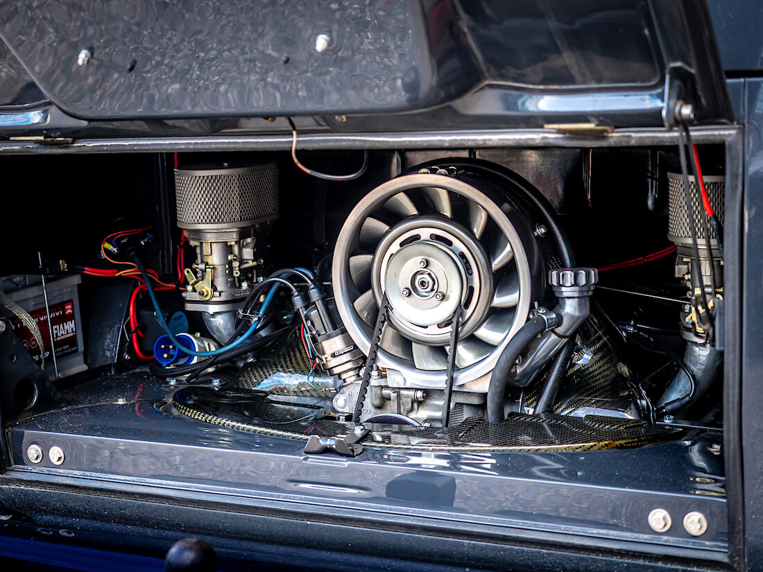 VW Type1 moottori Porsche 911-tyylisellä flektillä ja nurkkakaasareilla