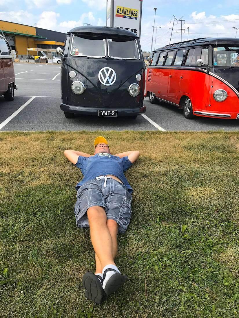 Pauli Kulmala tauolla VW junakeulan edessä
