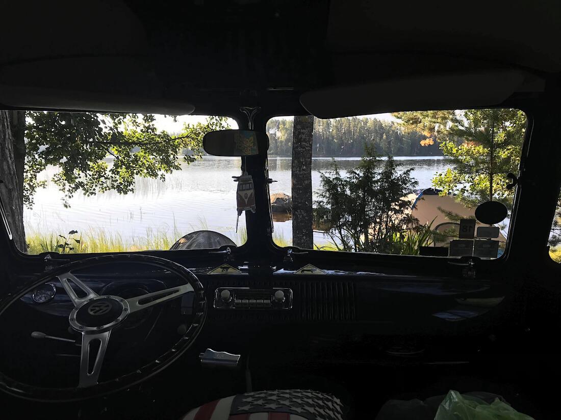 Näkymä järvelle junakeula volkkarin ohjaamosta