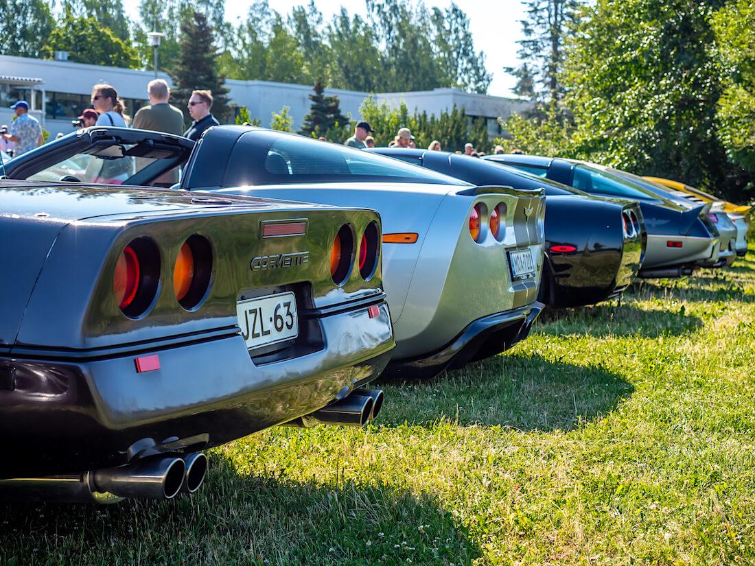 Chevrolet Corvette autoja rivissä