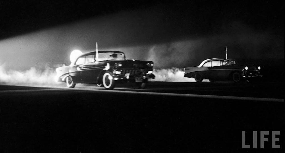Kaksi 1956 Chevroletia kiihdyttää kilpaa