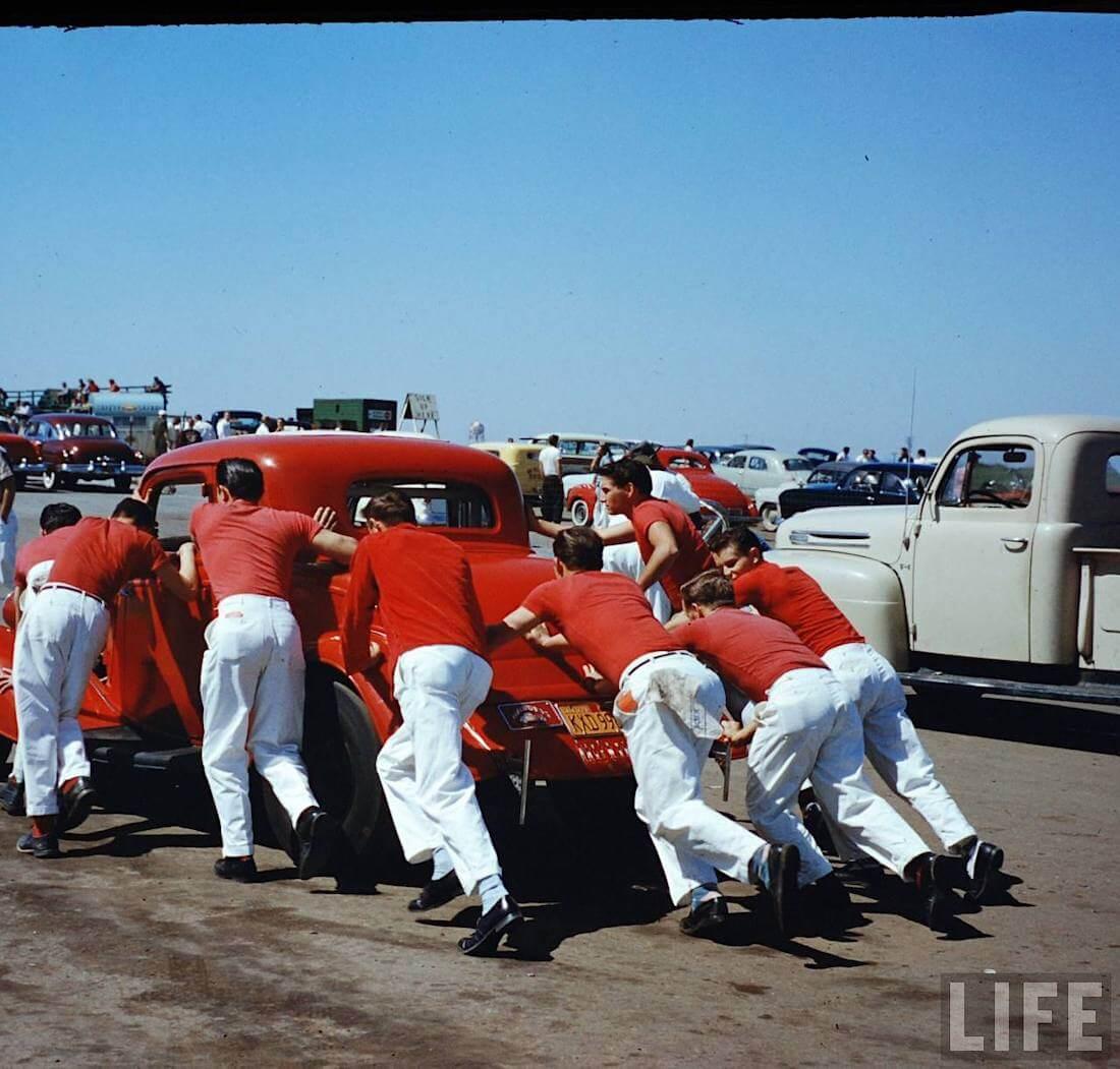 Sound by Rocket kiihdytysautoa työnnetään lähtöviivalle Santa Anassa vuonna 1957