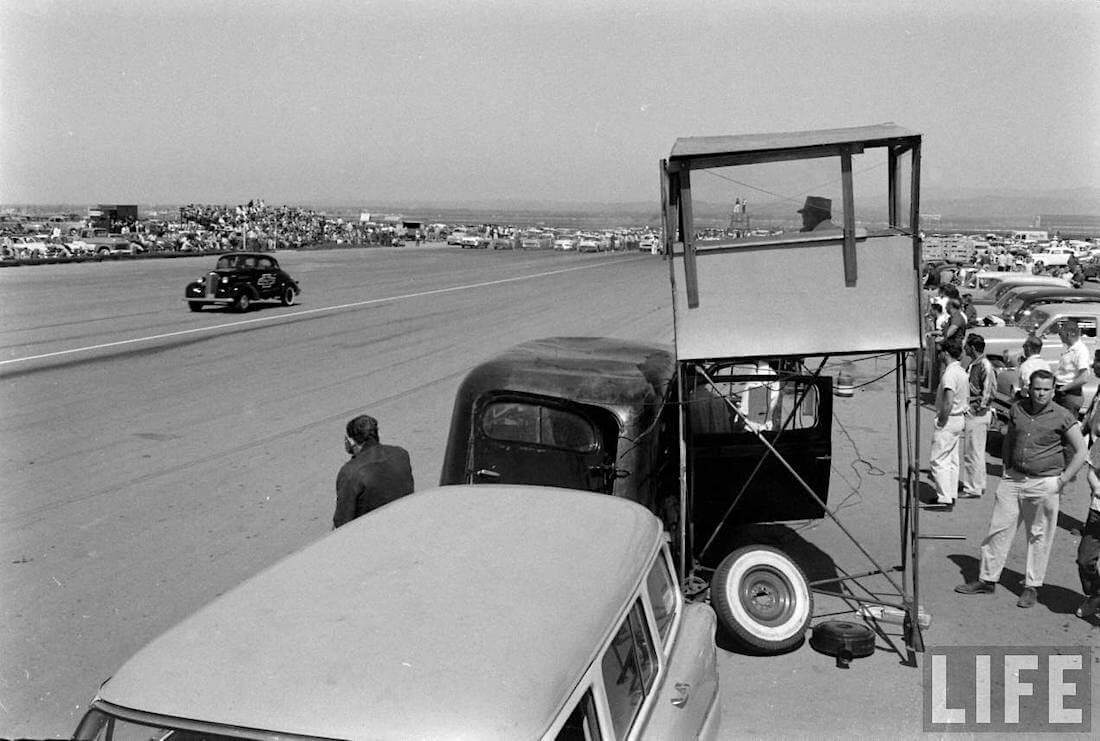 Kiihdytyskilpailuja johdettiin radan varteen pysäköidystä vanhasta ruumisautosta.