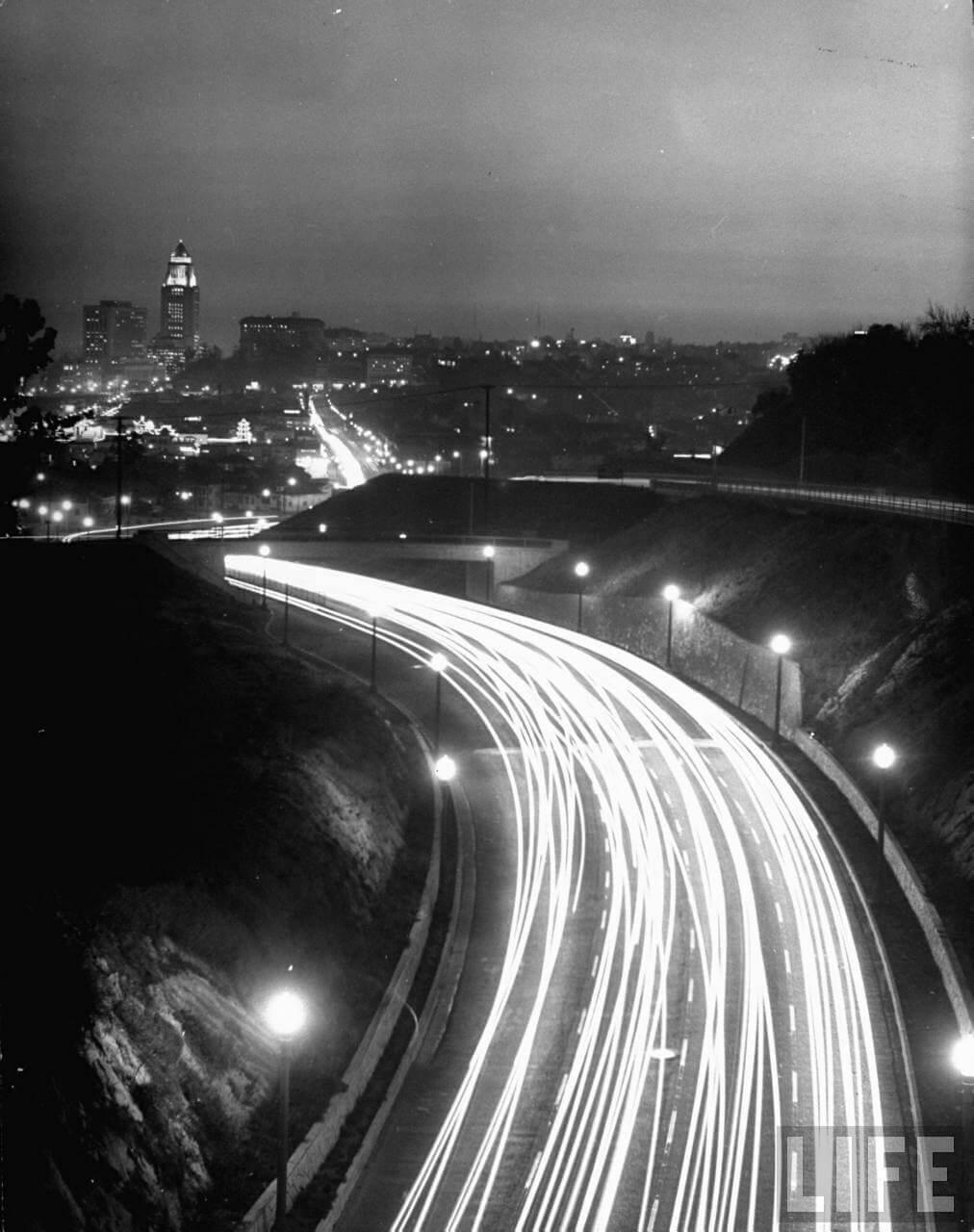 Valtatien valot yöllä Los Agelesissa vuonna 1949
