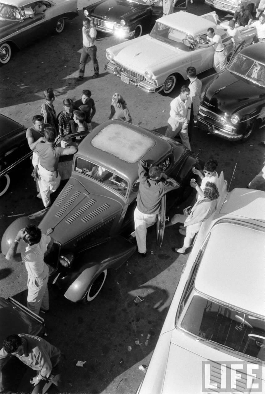 Hot rod autoja ja ihmisiä Santa Ana Drags kiihdytysradan varikkoalueella