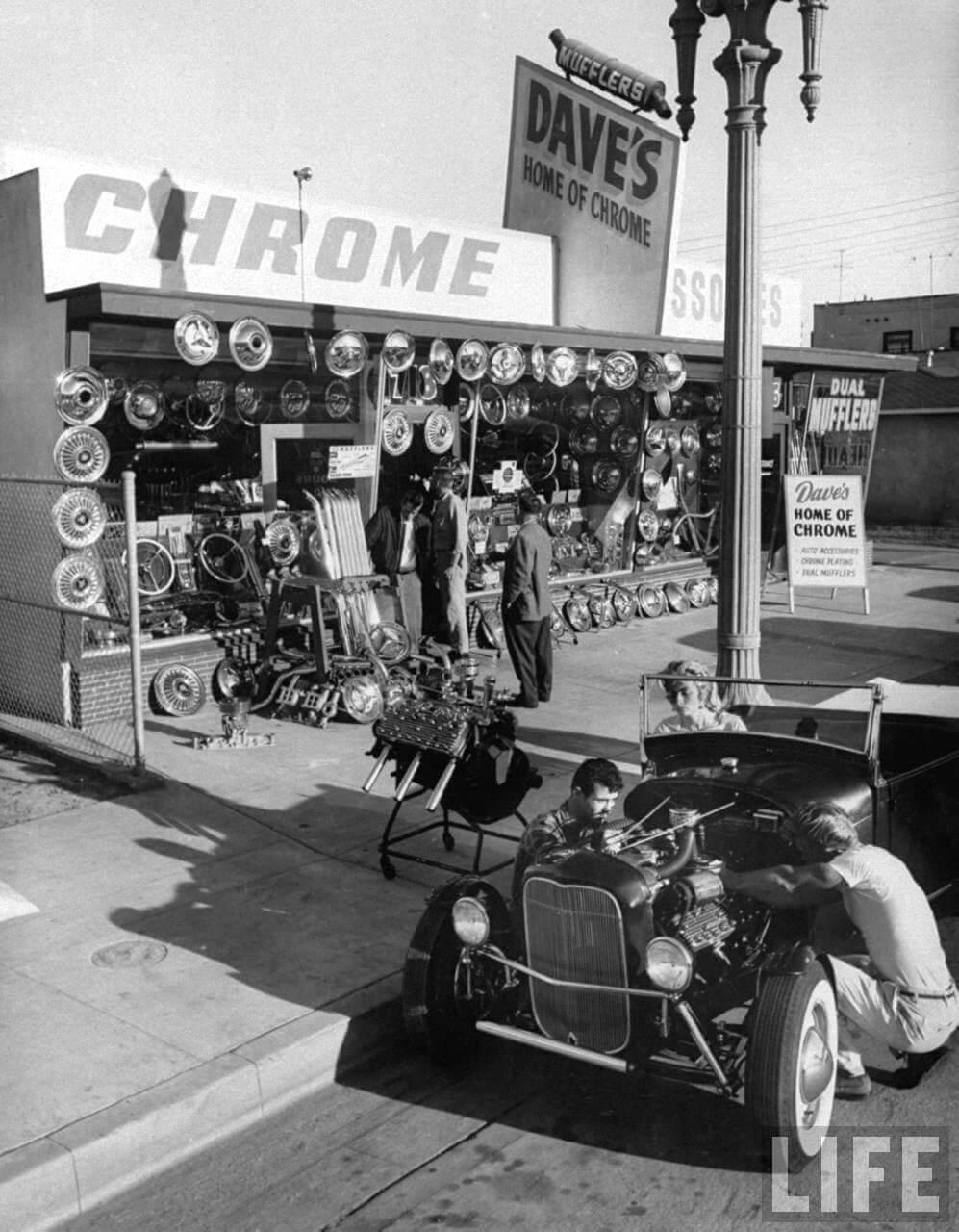 Hot rod varaosaliike kadunkulmassa vuonna 1957