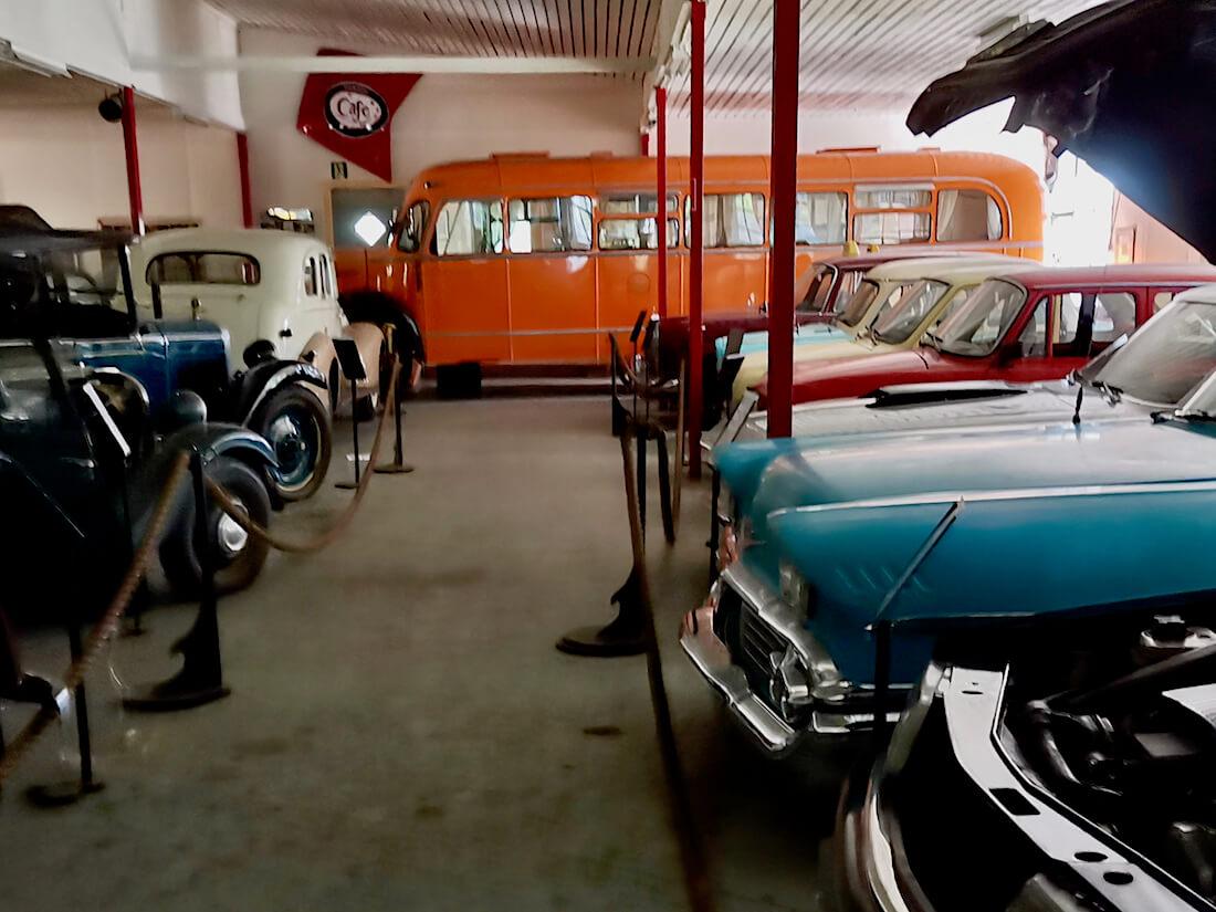 Wanhan automuseon linja-auto ja henkilöautoja