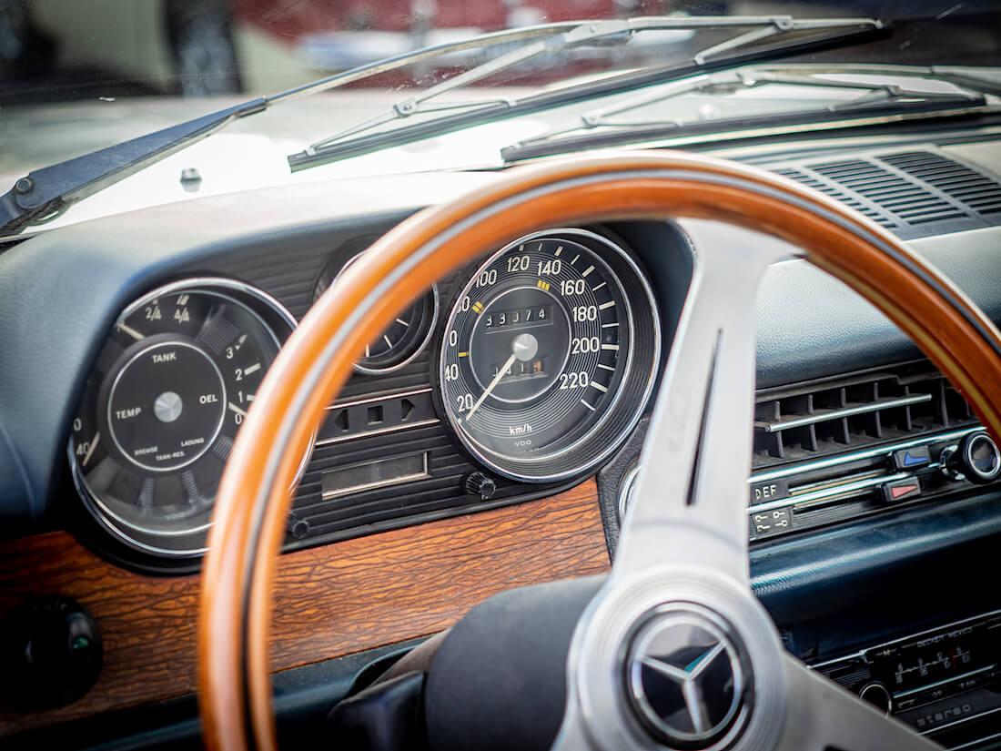 1973 Mercedes-Benz 250c mittaristo ja puuratti