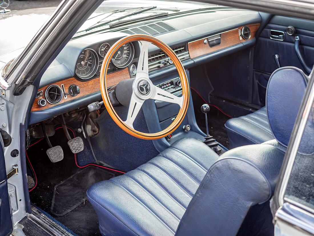 1973 Mercedes-Benz 250c sisusta ja kojelauta