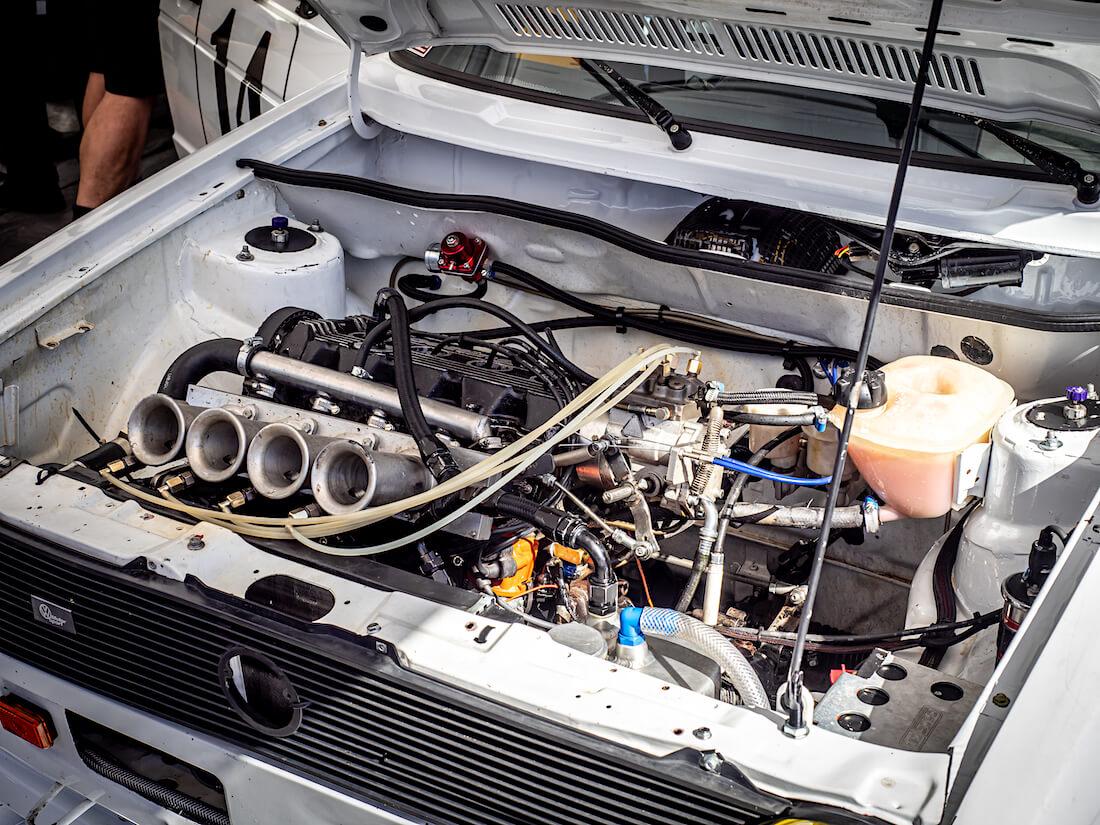 Oettingerin 16-venttiilinen moottori Golf 16S autossa