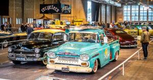 1954 Lincoln ja 1959 Chevrolet Apache Malmin lentoaseman hangaarissa