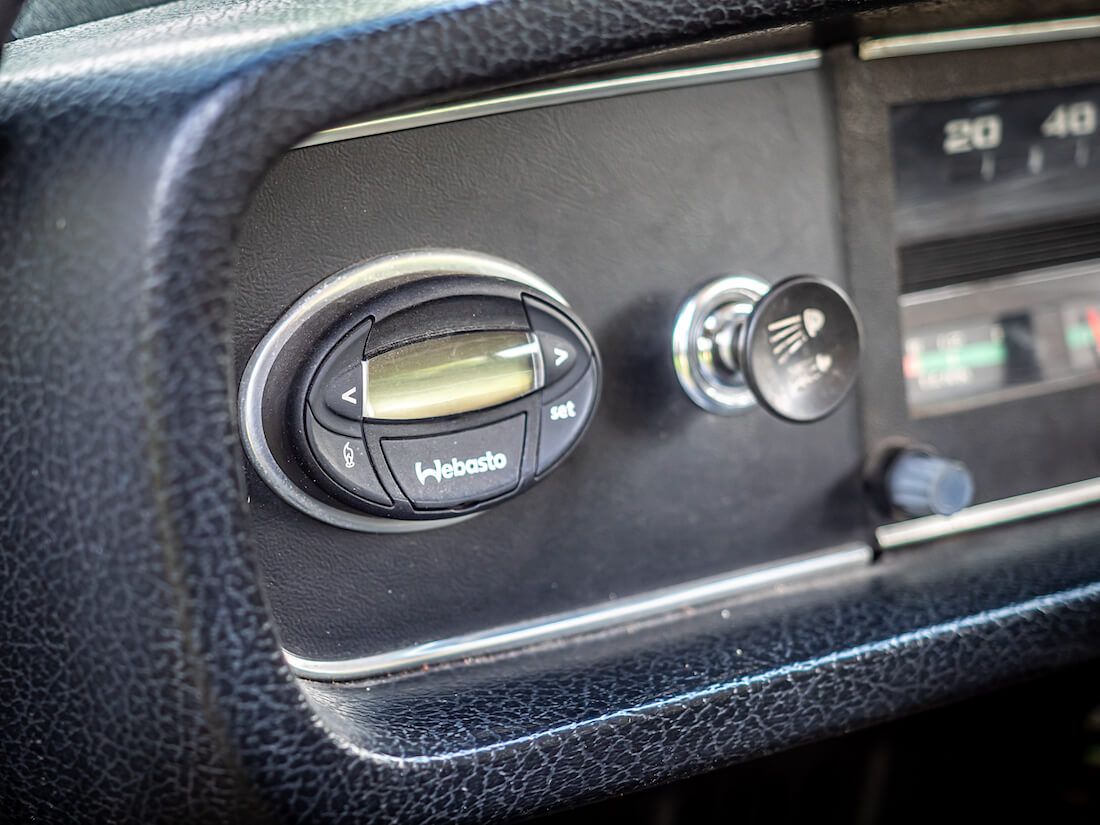Webaston ajastettava kello Volvon kojelaudalla