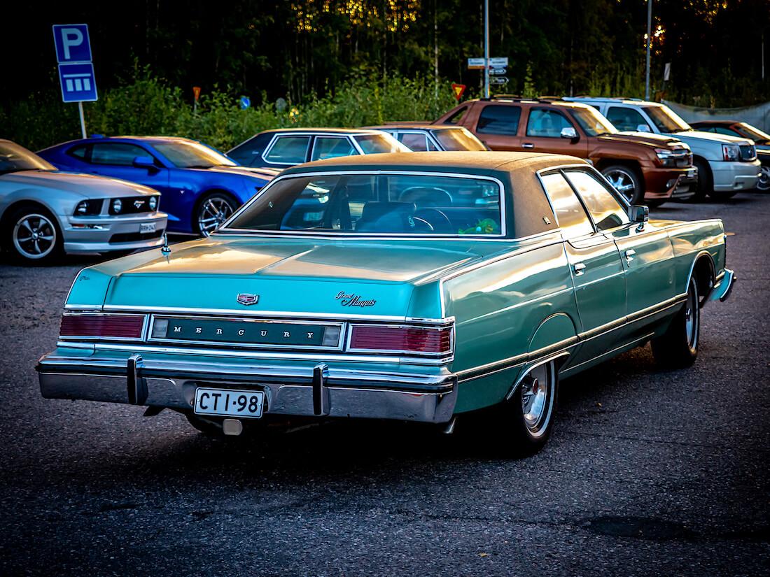 1977 Mercury Grand Marquis iltaauringossa