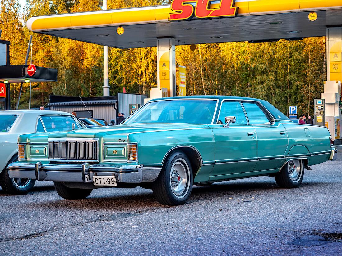 1977 Mercury Grand Marquis St1-huoltoasemalla