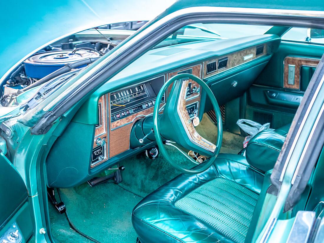1977 Mercury Grand Marquis auton kojelauta ja sisusta
