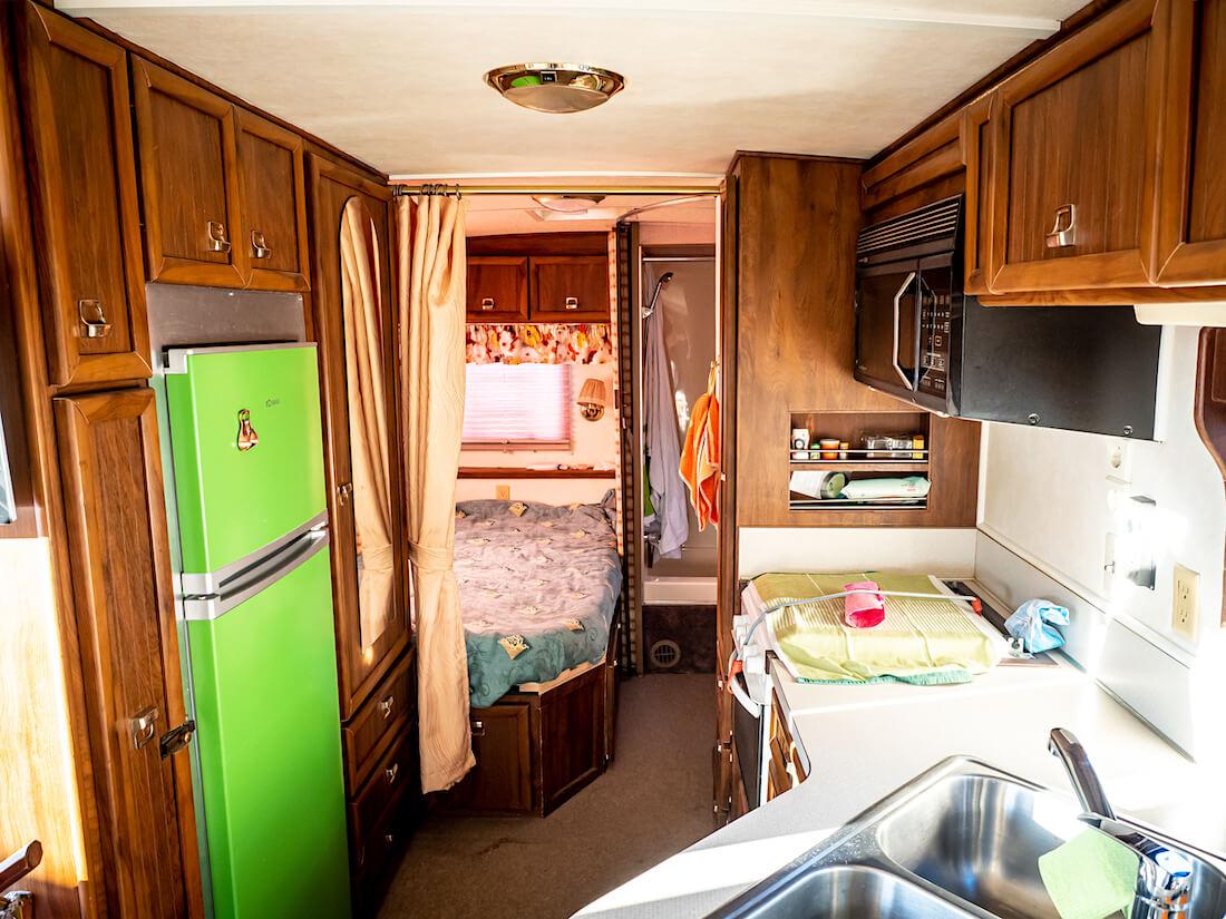 1986 Chevrolet G30 Callista by Carriage matkailuauton keittiö ja makuuhuone