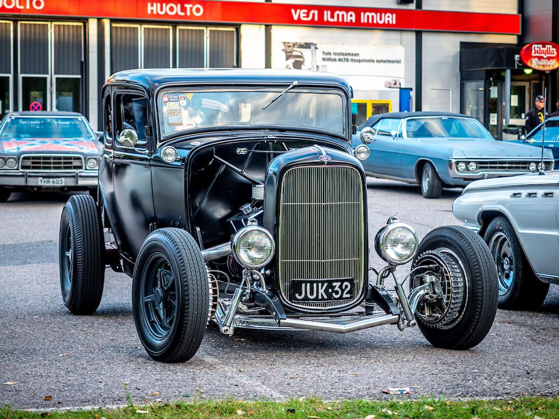 Musta 1932 Ford B Deuce rodi V8-moottorilla