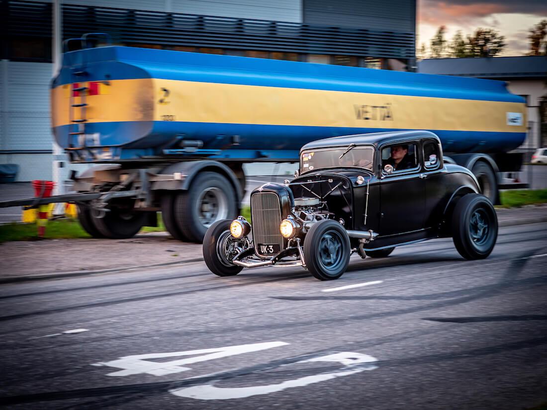 Musta pinstraipattu 1932 Ford Deuce rodi kadulla
