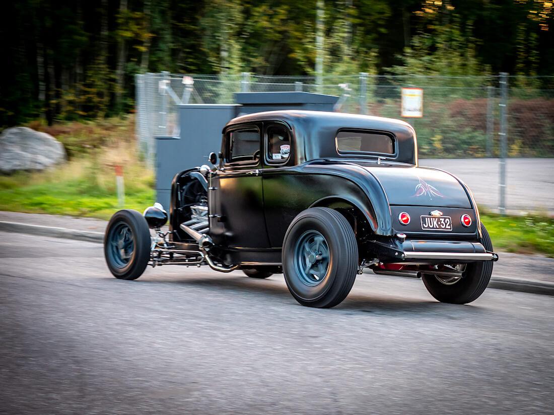 Musta pinstraipattu 1932 Ford Deuce rodi kiihdyttää