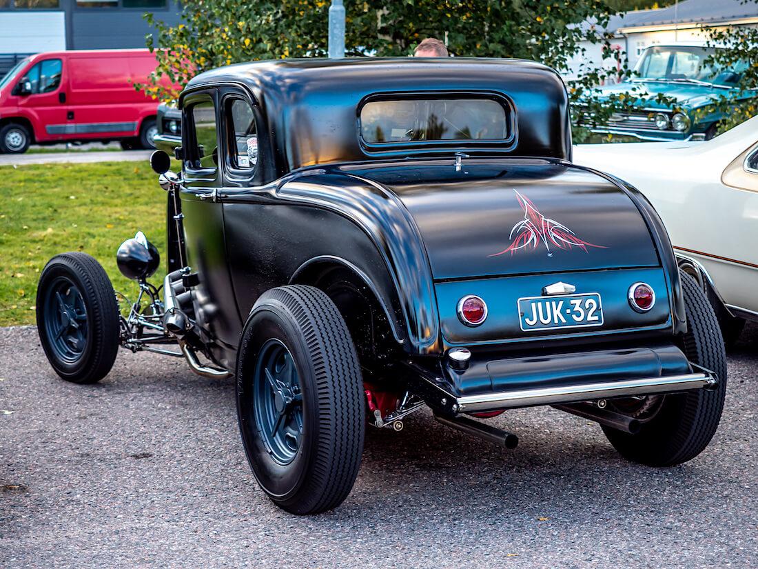 Musta pinstraipattu 1932 Ford Deuce rodi