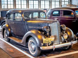 Sodassa palvellut 1935 Packard Six jenkkiautonäyttelyssä