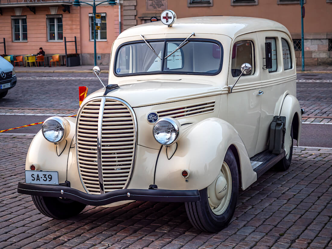 Beige 1939 Ford 922 Ambulanssi Kauppatorilla jenkkiautotapahtumassa