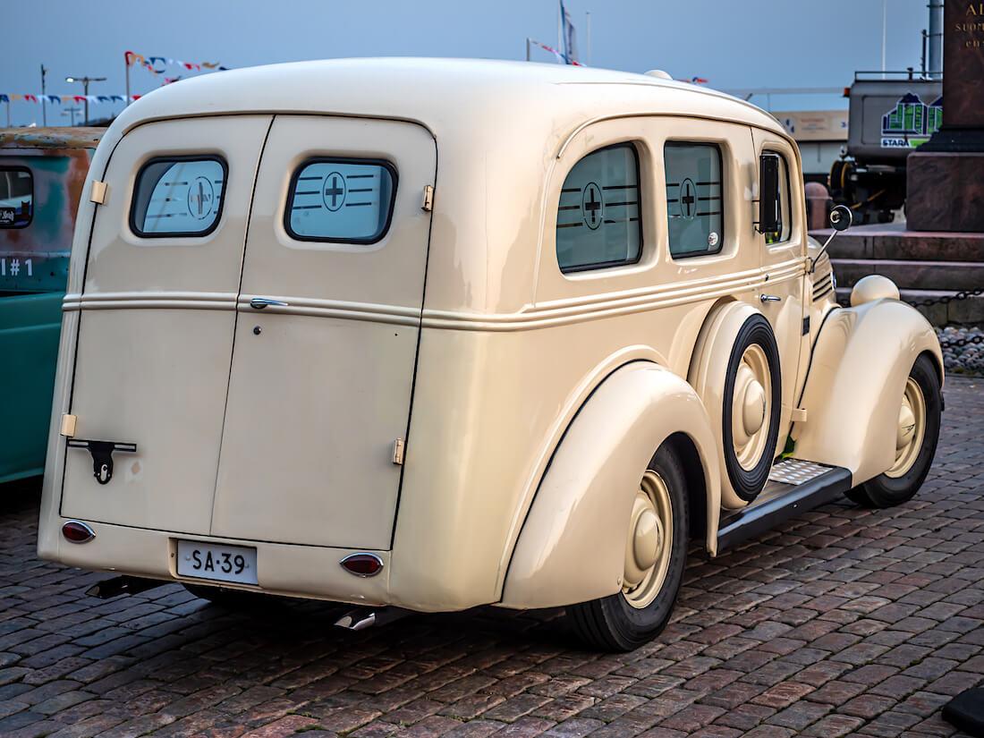 Beige 1939 Ford 922 Ambulanssi Stadin Cruising jenkkiautotapahtumassa