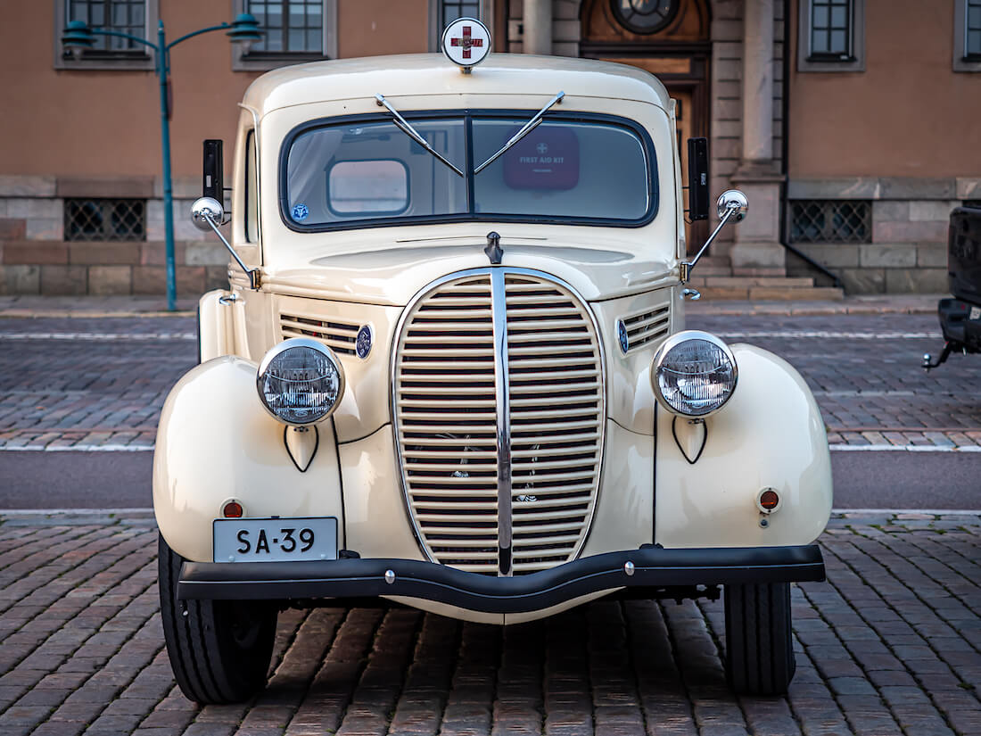 Beige 1939 Ford 922 Ambulanssi edestäpäin