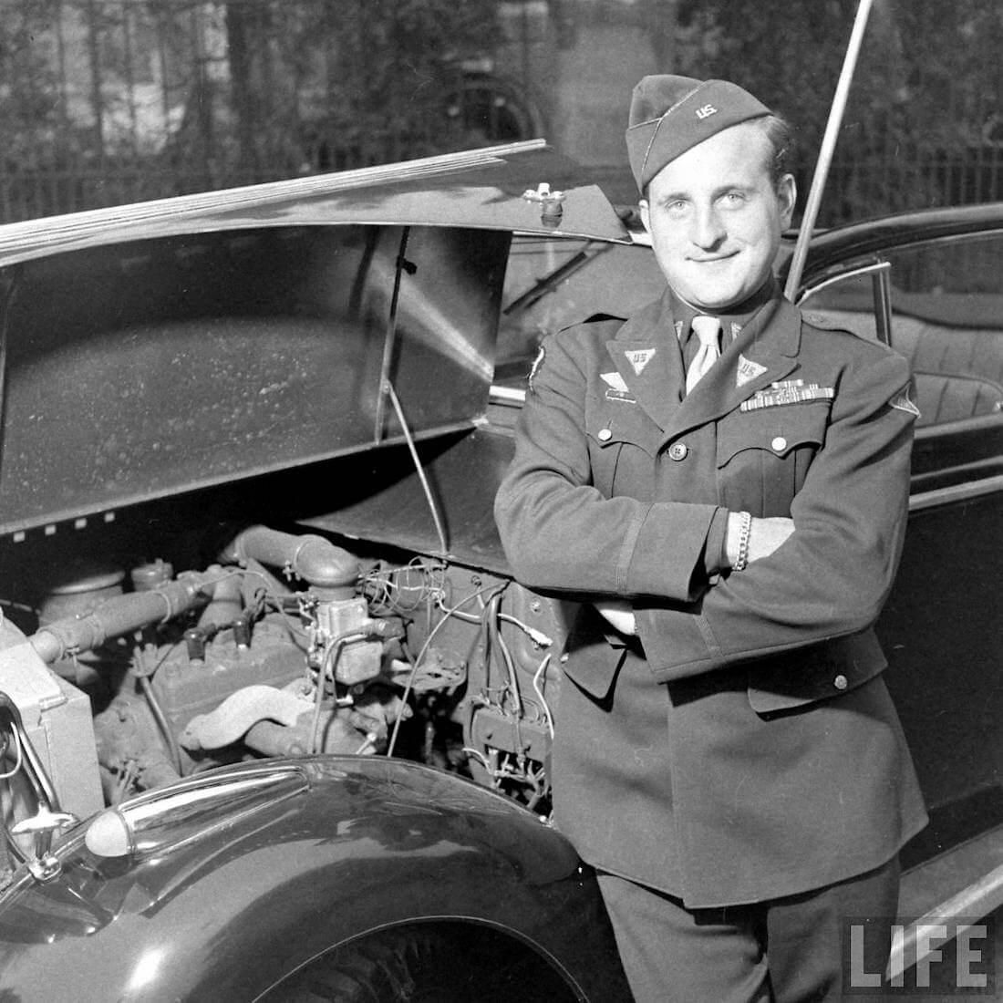 Walter Coch rakentamansa Jeepsterin vieressä. Kuva: Walter Sanders/Life.