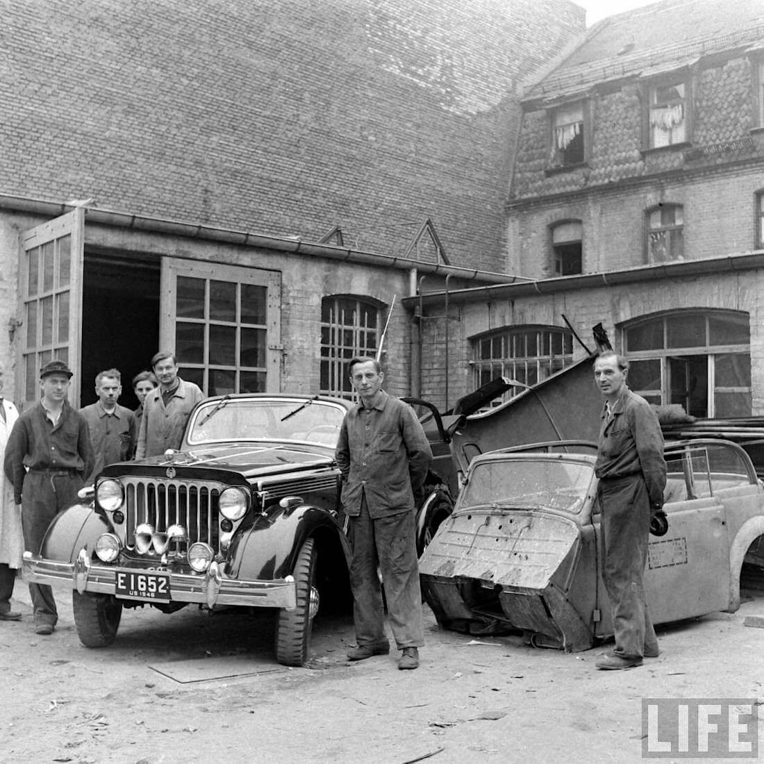 Walter Cochin Willys Jeepster saksalaisen koripajan pihalla. Kuva: Walter Sanders/Life.